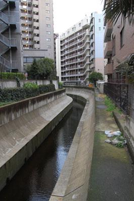 コンクリートに囲まれた川