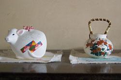 丑の置物と菊の陶器