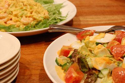 大皿に盛られたサラダやお料理
