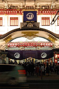 歌舞伎座の正面玄関前