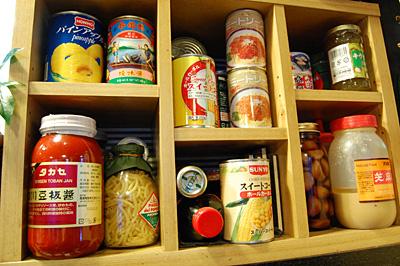 いろんな調味料や缶詰が並んだ棚