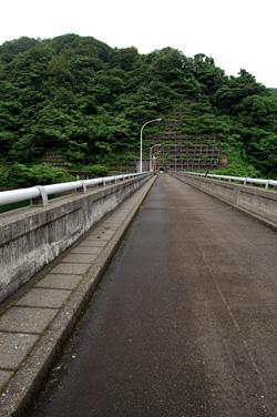 ダムの堤の上