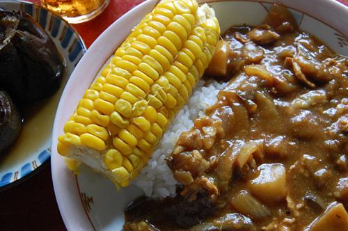 カレーライス 茹でたトウモロコシ