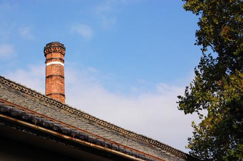秋の空にレンガの煙突