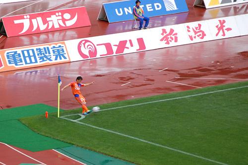 コーナーキックを蹴る田中亜土夢(アトム)選手