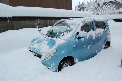 車に積もった雪を落としました