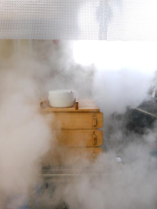 蒸気で米を蒸かします