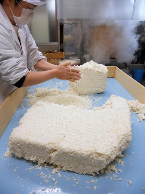 米麹をほぐします