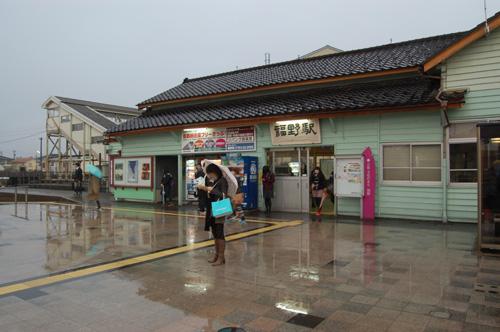 雨の福野駅