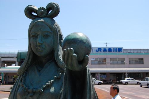 奴奈川姫(ぬなかわひめ)の銅像