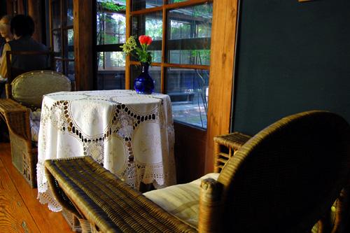 テーブルと籐製の椅子
