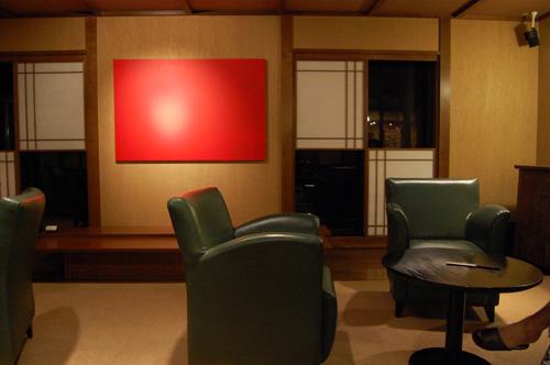 赤い絵画とモスグリーンのソファ