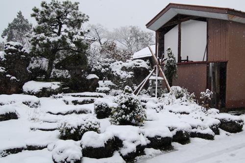 母屋の前庭