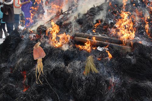 スルメを火に近づけて焼きます