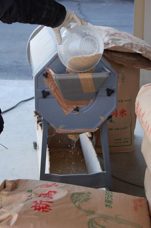 スカスカの種籾だけが機械の下に落ちる