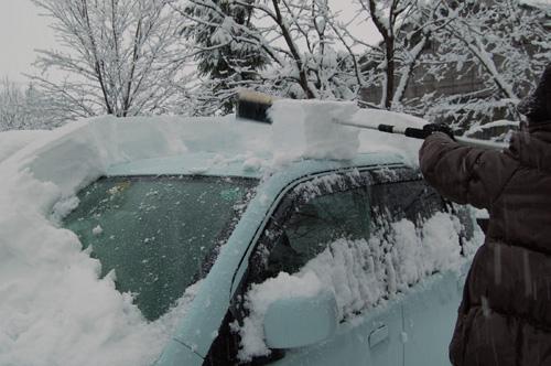 車の上の雪を落としました