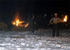 オガラに火をつけています