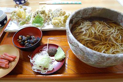 かけそばと山菜野菜天ぷら